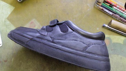 装具だけでは庇いきれない靴に補助機能を付けた加工例 4-1